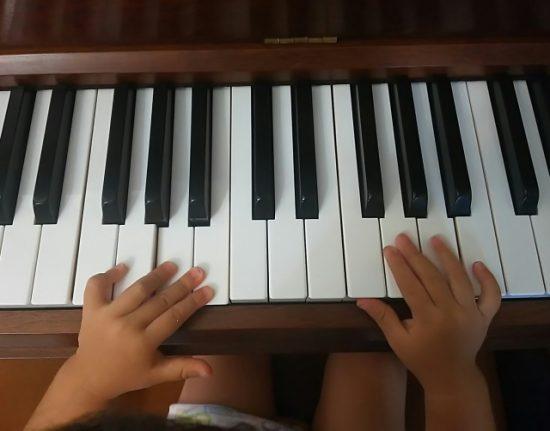 小学生とピアノ